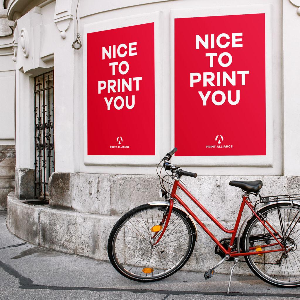 Kulturplakate drucken: Kultur-Plakate an einer Hausmauer