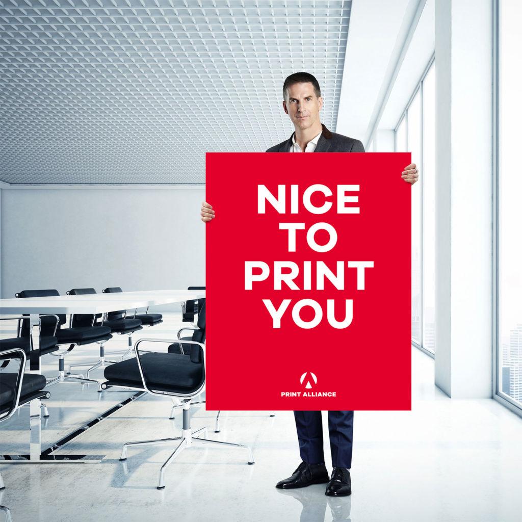Poster drucken: Mann mit einem Print Alliance Poster